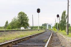 Eisenbahn in der Perspektive mit Ampeln Industrielles Konzept, Naturlandschaft im Hintergrund Lizenzfreie Stockbilder