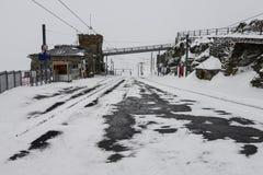Eisenbahn in der Schneejahreszeit stockbild