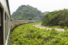 Eisenbahn durch die Berge mit Wald stockfotos