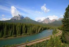 Eisenbahn durch die felsigen Berge Stockfoto
