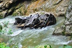 Eisenbahn in Guam-Schlucht auf einer Seite der Felsen, der anderen ein tiefer Abgrund und kochendem schnellem Fluss Lizenzfreie Stockfotografie
