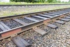 Eisenbahn mit alten Lagerschwellen Industrieller Konzepthintergrund Eisenbahnreise, Bahntourismus Stockfoto
