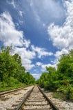 Eisenbahn mit einem großen Himmel Stockfotografie