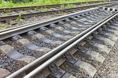 Eisenbahn mit modernen Lagerschwellen Industrieller Konzepthintergrund Eisenbahnreise, Bahntourismus Stockfotografie