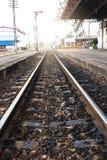 Eisenbahn in Thailand, das lang und alt ist Lizenzfreie Stockbilder