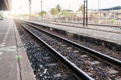 Eisenbahn in Thailand, das lang und alt ist Lizenzfreie Stockfotos