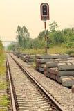 Eisenbahn und Betonblock Stockbilder