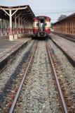 Eisenbahn und der alte Zug in lokalem Thailand-Transport Stockbilder