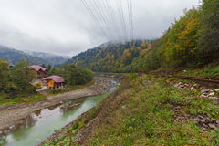 Eisenbahn und der Berg in einem Nebel in Karpaten Stockfotografie