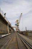 Eisenbahn und Kran Lizenzfreie Stockfotos