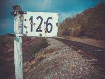 Eisenbahn und neben Kennzeichen 126 Lizenzfreie Stockfotos