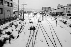 Eisenbahn unter weißem Schnee Stockfotografie