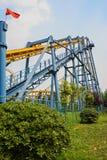 Eisenbahn von Achterbahnen im blauen Himmel Stockfotos
