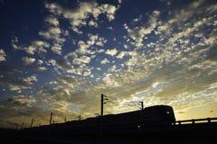 Eisenbahn, Zug und Sonnenuntergang Stockbild