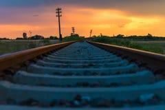 Eisenbahn zum orange Sonnenuntergang lizenzfreie stockfotos