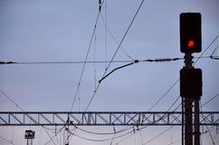 EisenbahnAmpel und obenliegende Linien Lizenzfreie Stockbilder