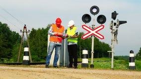 Eisenbahnarbeitskräfte nähern sich Signalleuchtfeuern Stockfotos