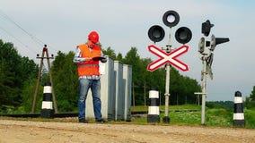 Eisenbahnarbeitskräfte nähern sich Signalleuchtfeuern Stockfotografie