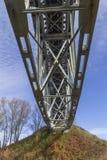 Eisenbahnbrücke über dem Fluss Stockfotos