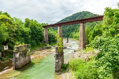 Eisenbahnbrücke über dem Fluss Stockfotografie