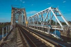 Eisenbahnbrücke über dem Fluss Stockbild