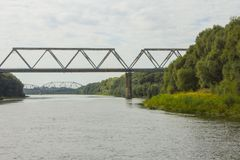 Eisenbahnbrücke über dem Fluss ROS in Chernihiv ukraine stockfotografie
