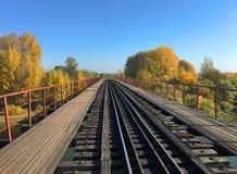 Eisenbahnbrücke über dem Fluss unter dem blauen Himmel stockfoto