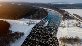 Eisenbahnbrücke über dem Fluss Vogel ` s Augenansicht lizenzfreie stockfotos