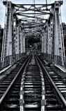 Eisenbahnbrücke über dem Gebirgsfluss Stockbild