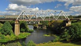 Eisenbahnbrücke über dem schönen Fluss, auf dem der Zug geht lizenzfreie stockfotos