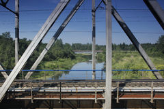 Eisenbahnbrücke über der Flussnahaufnahme Stockfoto