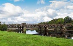 Eisenbahnbrücke über Fluss Lochy in Fort William, Schottland stockfotografie