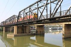 Eisenbahnbrücke über Mae Klong-Fluss in Ratchaburi-Stadt, Thailand Lizenzfreie Stockfotografie