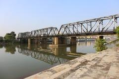 Eisenbahnbrücke über Mae Klong-Fluss in Ratchaburi-Stadt, Thailand Stockfotografie