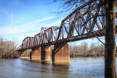 Eisenbahnbrücke über Santee-Fluss Stockfotos