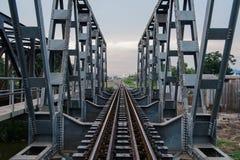 Eisenbahnbrücke am Abend Stockfotografie