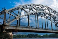 Eisenbahnbrücke Dzelzcela-Neigungen über Daugava-Fluss lizenzfreie stockfotografie