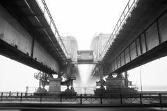 Eisenbahnbrücke in einem Nebel Lizenzfreie Stockfotos