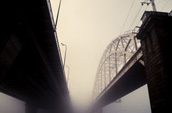 Eisenbahnbrücke im Nebel Stockfotos