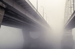 Eisenbahnbrücke im Nebel Lizenzfreie Stockfotografie