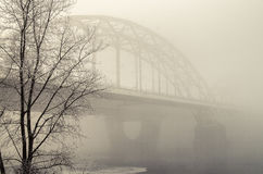 Eisenbahnbrücke im Nebel Stockfoto
