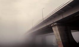 Eisenbahnbrücke im Nebel Stockbild