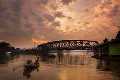 Eisenbahnbrücke mit Zug in der Bewegung über Nakhon Chai Si River, N Stockfoto