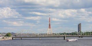 Eisenbahnbrücke und Fernsehen ragen in Riga, Lettland hoch stockfotografie