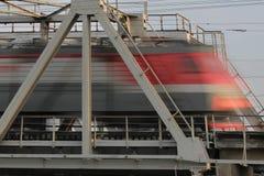 Eisenbahnbrücke- und Zugfahrten fasten, verwischt Stockfoto