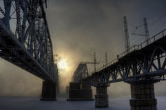 Eisenbahnbrücke zwei im Nebel stockbild