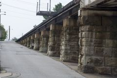 Eisenbahnbrücken-Rampenunterstützungen stockbild