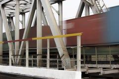 Eisenbahnbrückenahaufnahme und ein beweglicher Zug Stockfotografie