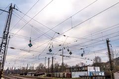 Eisenbahndrähte auf slowakischer Station lizenzfreie stockbilder