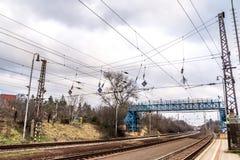 Eisenbahndrähte auf Station stockfoto